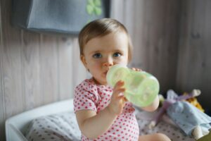 بهترین گزینه مصرف آب برای نوزادان